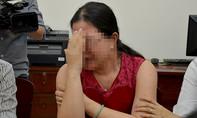 Mẹ của bé gái lớp 1 nghi bị xâm hại khóc ngất khi kể sự việc