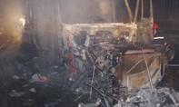 Container tông dải phân cách rồi bốc cháy dữ dội trong đêm