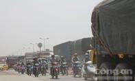 Hai xe tải va chạm trên QL51, giao thông ùn ứ kéo dài