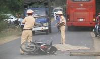 Va chạm ngã ra đường, thầy giáo bị xe khách cán tử vong