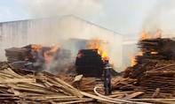 Bình Định: Cháy dữ dội tại doanh nghiệp chế biến gỗ