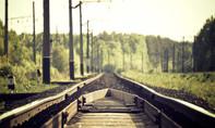 Chụp ảnh tại đường ray xe lửa, một người mẫu thiệt mạng