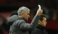 HLV Mourinho bóc vỏ chuối đưa cho học trò ăn ngay trên sân