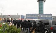 An ninh Pháp bắn chết một người cố cướp lấy súng ở sân bay