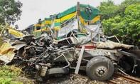 Tàu lửa húc xe tải, 2 người thương vong, đường sắt tê liệt