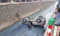 Cạy cửa giải cứu nữ lái xe mắc kẹt dưới kênh