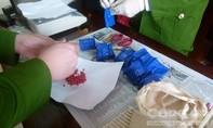 Hai người nước ngoài vận chuyển 16.000 viên thuốc 'lắc' và 1 ký ma túy 'đá'