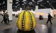 Du khách làm vỡ một tác phẩm nghệ thuật gần 18 tỷ vì mải chụp hình 'tự sướng'