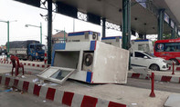 Xe tải kéo văng quầy vé trạm thu phí trên quốc lộ