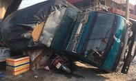 Đứng mua nước mía, 'thiếu nữ' bị xe chở gỗ lật đè chết tại chỗ