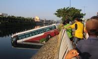 Xe khách ủi bay dải phân cách rồi lao xuống kênh Tàu Hủ