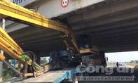 Xe đào bánh xích mắc kẹt dưới gầm đường cao tốc