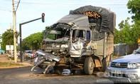 Hai xe tải chở gỗ tông nhau trong đêm, một tài xế nhập viện
