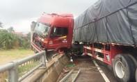 Tránh chó qua đường, xe tải tông sập lan can cầu
