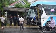 Xe khách tông đuôi xe tải khiến hành khách hoảng vía