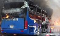 Xe khách chở 30 người đấu đầu container bốc cháy dữ dội
