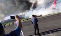 Máy bay bốc cháy trước khi trượt khỏi đường băng lúc hạ cánh khẩn