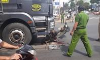Bị xe tải kéo lê 4 m, người đàn ông thoát chết hy hữu