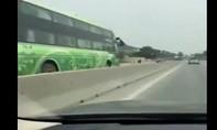 Xe khách ngược chiều trên quốc lộ 1A với tốc độ cao