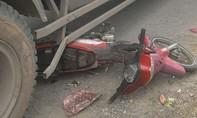 Xe tải cuốn xe máy vào gầm, 1 người may mắn thoát chết