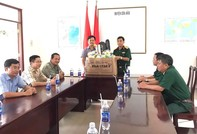 Tặng quà cho CBCS và gia đình chính sách ở Côn Đảo