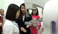 Lãnh đạo TP 'trải nghiệm' máy chụp nhũ ảnh kỹ thuật số chẩn đoán ung thư vú