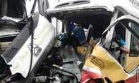 Xe buýt mất lái lao vào xe tải,  nhiều người thương vong