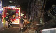 Gara ô tô Thần Châu bỏ hoang bốc cháy trong đêm