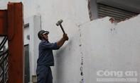 Q.1 đập bỏ hàng loạt bức tường xây chiếm vỉa hè