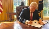 Trump gây tranh cãi khi ký sắc lệnh cấm nhập cảnh mới