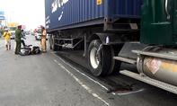 Xe container kéo lê cô gái trên quốc lộ
