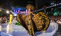 Hàng chục người đẹp trình diễn Áo dài tại Phố đi bộ Nguyễn Huệ