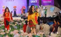 Clip: Hàng chục người đẹp trình diễn Áo dài tại Phố đi bộ Nguyễn Huệ