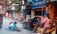 Clip: Mở cửa ô tô đột ngột, 2 mẹ con suýt chết