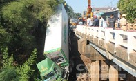 Đầu kéo container ủi tung lan can cầu, rồi lao đầu xuống sông
