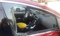 Hai 'xế hộp' đậu trong trường học bị trộm đập kính lấy tài sản