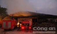 Cháy lớn trong đêm thiêu rụi cả nghìn mét vuông nhà xưởng