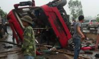 Xe khách nổ lốp trước khiến nhiều người thương vong