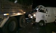 Tông vào đuôi xe tải, phụ xế xe bán tải tử vong tại chỗ