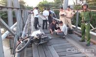 Đi qua cầu sắt, một người đàn ông rơi xuống sông mất tích