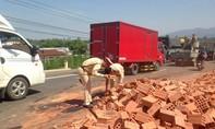CSGT dọn gạch đổ ra đường để giải tỏa ách tắc sau tai nạn