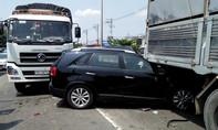 Hai xe tải 'kẹp' ô tô trên quốc lộ, đôi vợ chồng già thoát chết