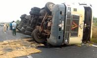 Lật xe container trên đường cao tốc khiến giao thông bị cản trở