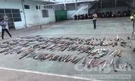 Công an Q.4 tiêu hủy trên 500 vũ khí thô sơ do người dân giao nộp