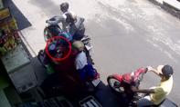 Hai tên cướp manh động giật điện thoại người phụ nữ ở Sài Gòn