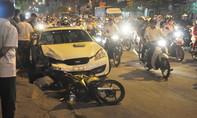 Ô tô tông người đàn ông đi xe máy văng trúng bánh xe buýt