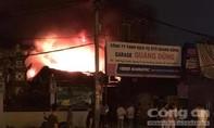 Gara ô tô cháy dữ dội lúc nửa đêm