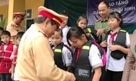 Tặng cặp sách, áo phao cho học sinh trước mùa mưa lũ