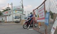 Người dân 'vô tư' vượt rào chắn, luồn lách qua công trình thi công cầu An Hảo
