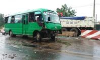 Xe khách đâm dải phân cách, 3 người bị thương